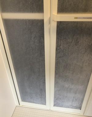 浴室扉の水垢before